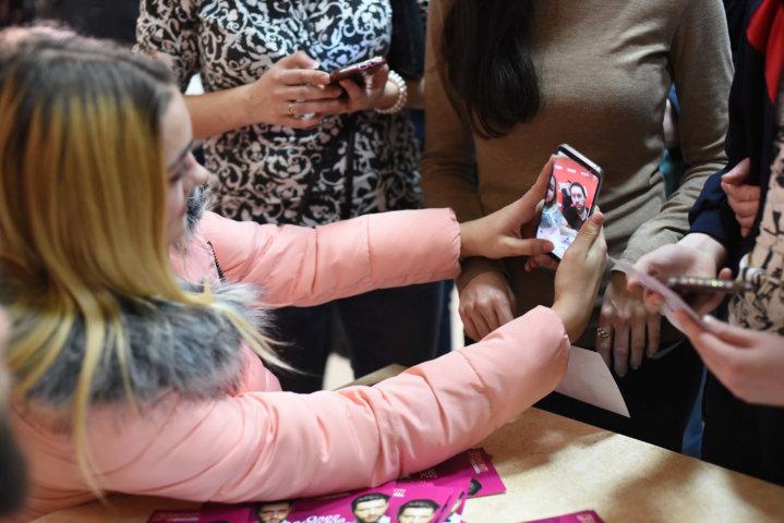 Фотоотчет автограф-сессия Олега Кензова в ТРЦ «Караван» Днепр